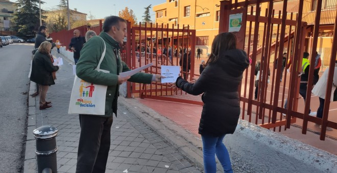 Imagen difundida por Hazte Oír durante el reparto de propaganda a favor de la censura parental en un colegio de Madrid. HAZTE OÍR