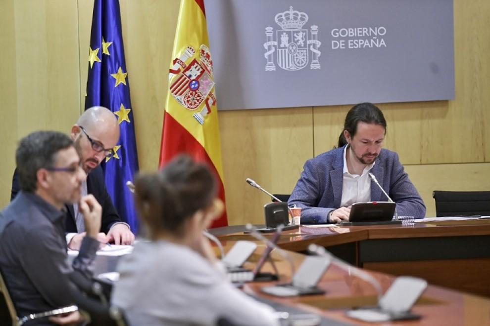 El vicepresidente segundo, Pablo Iglesias, en una de las reuniones de este jueves, junto al secretario de Estado de Derechos Sociales, Nacho Álvarez. DANI GAGO