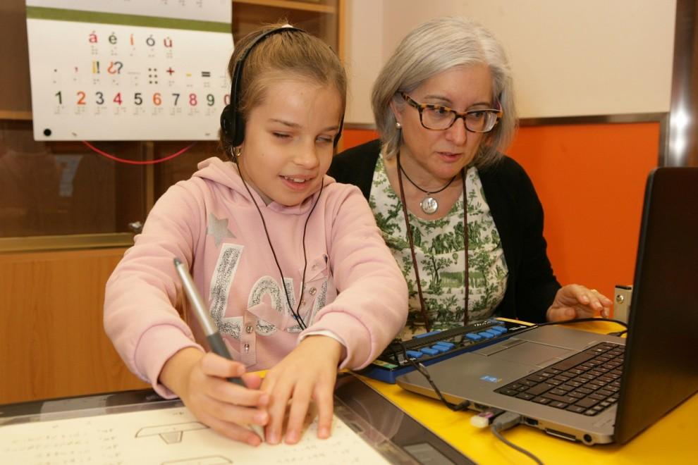 Alumna del Centro de Recursos Educativos de la ONCE junto a su profesora.