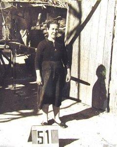Una vecina frente a una chabola del ya extinto Barrio de La Celsa.- Fondo COPLACO – Archivo Regional de la Comunidad de Madrid / Vallecasweb.com)
