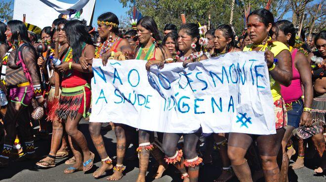 Indigene Frauen in Brasilien protestieren mit einem Banner gegen die Abholzung ihrer Regenwald- und Schutzgebiete